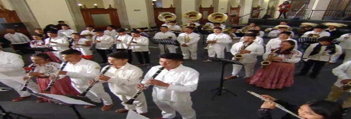 Músicos mixes tocan piezas en la mañanera de AMLO en Palacio Nacional