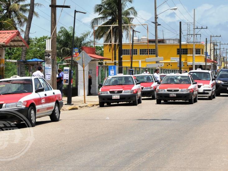 Taxistas de Coatza cobran corridas mínimas hasta en 25 pesos