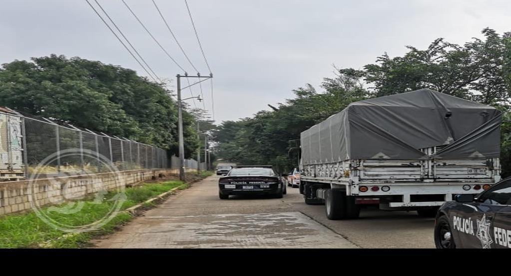 Aseguran camión robado y detienen a acayuqueño
