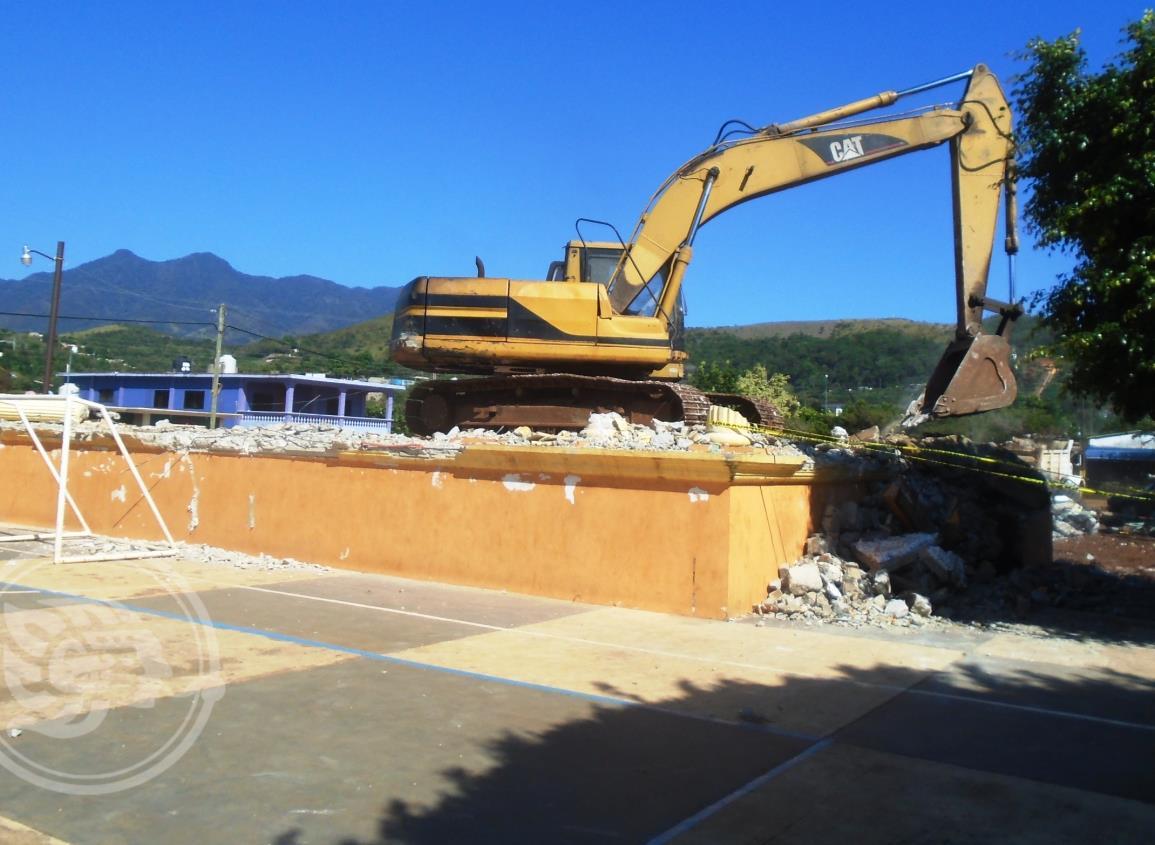 Demuelen el parque central de Pajapan para modernizarlo