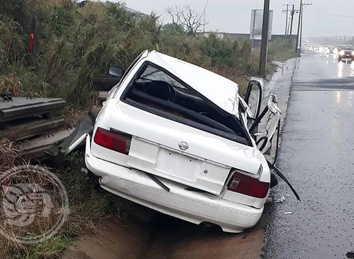 Abandonan auto chocado en zona de complejos