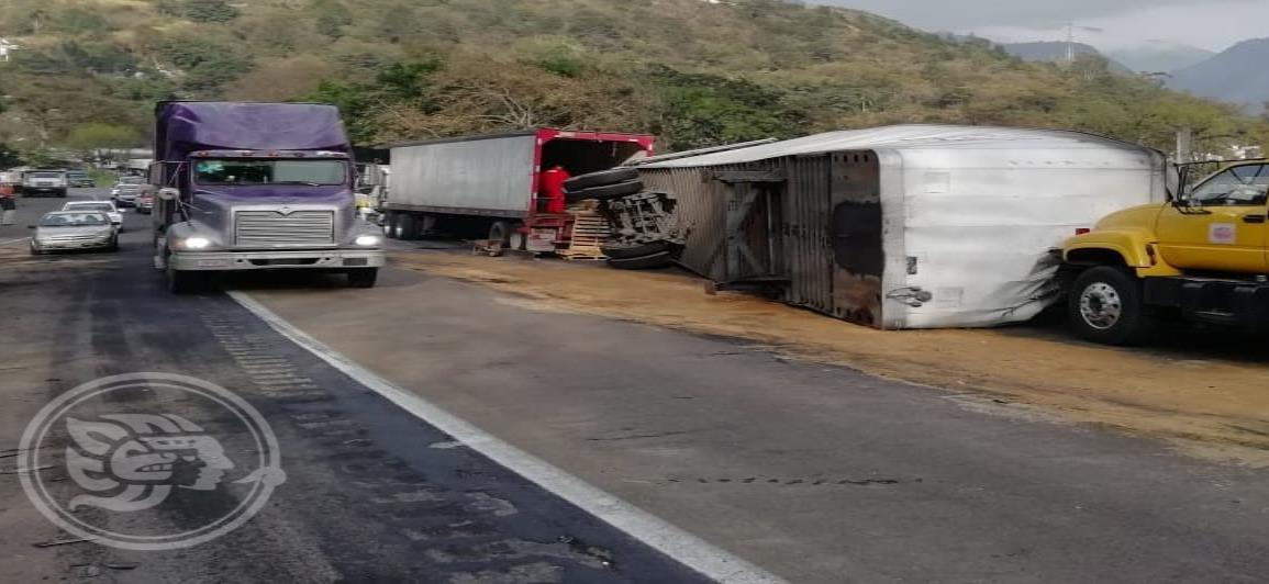 Vuelca tráiler cargado de cajas de leche en la Puebla-Córdoba
