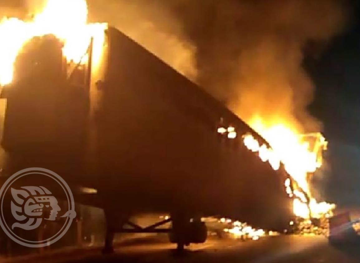 Se incendia un tráiler en la autopista Cosoleacaque- Acayucan