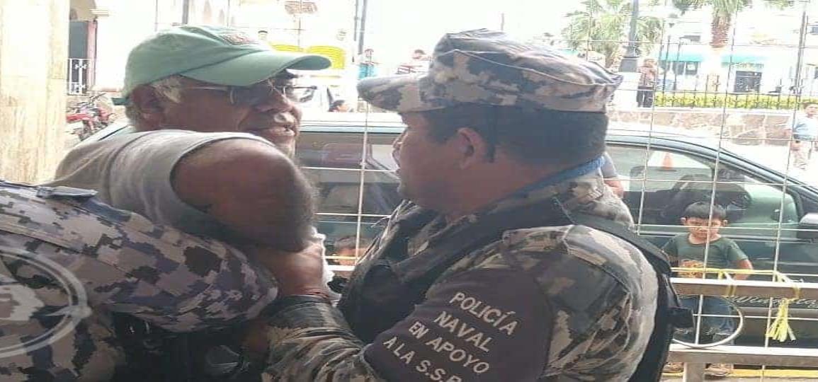 Zafarrancho entre Navales y un comerciante en el centro de Acayucan