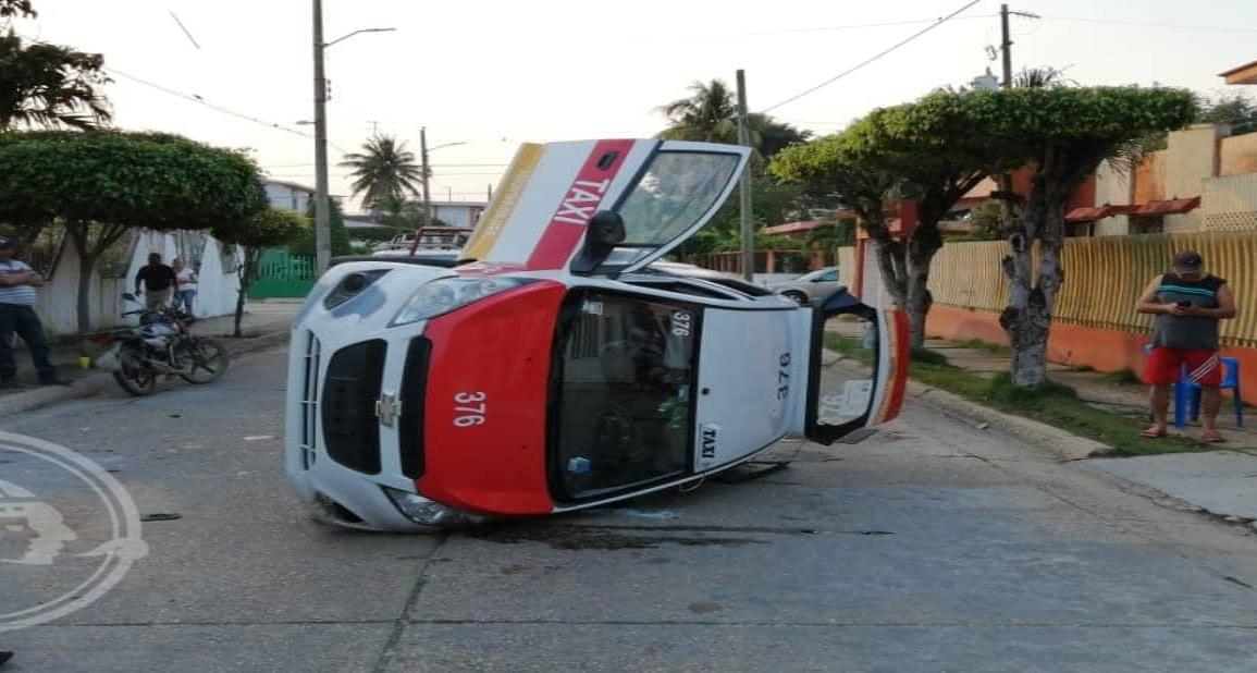 Vuelca taxi en Agua Dulce; 4 personas lesionadas