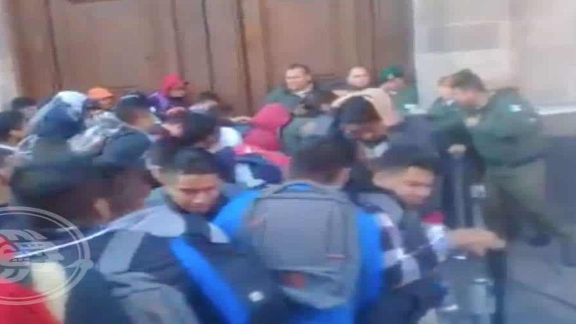 Normalistas de Ayotzinapa vandalizan puerta de Palacio Nacional