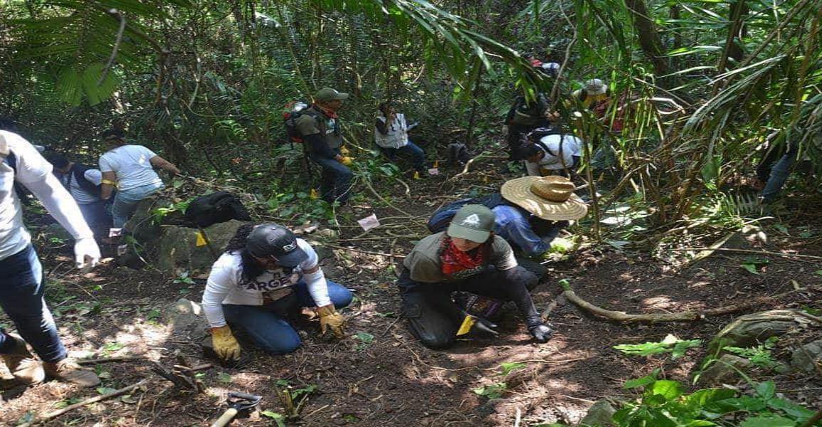Familiares de desaparecidos escarban en busca de fosas clandestinas en Veracruz