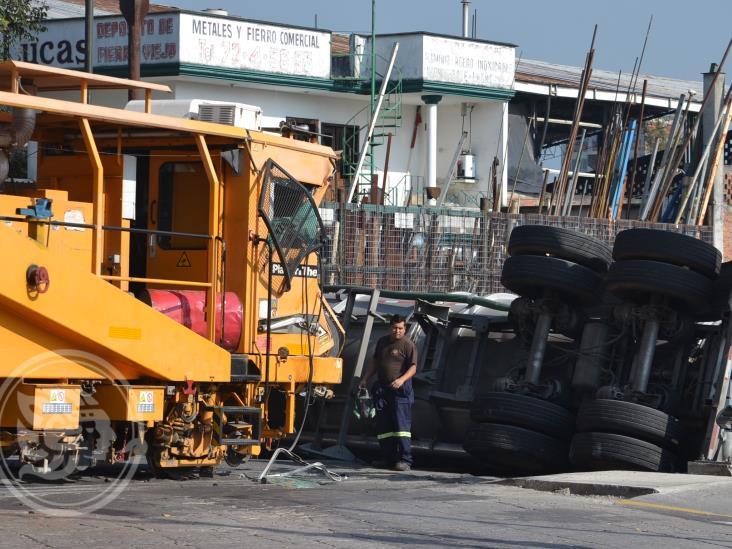 Impacta tren a pipa cargada con productos químicos, en Orizaba