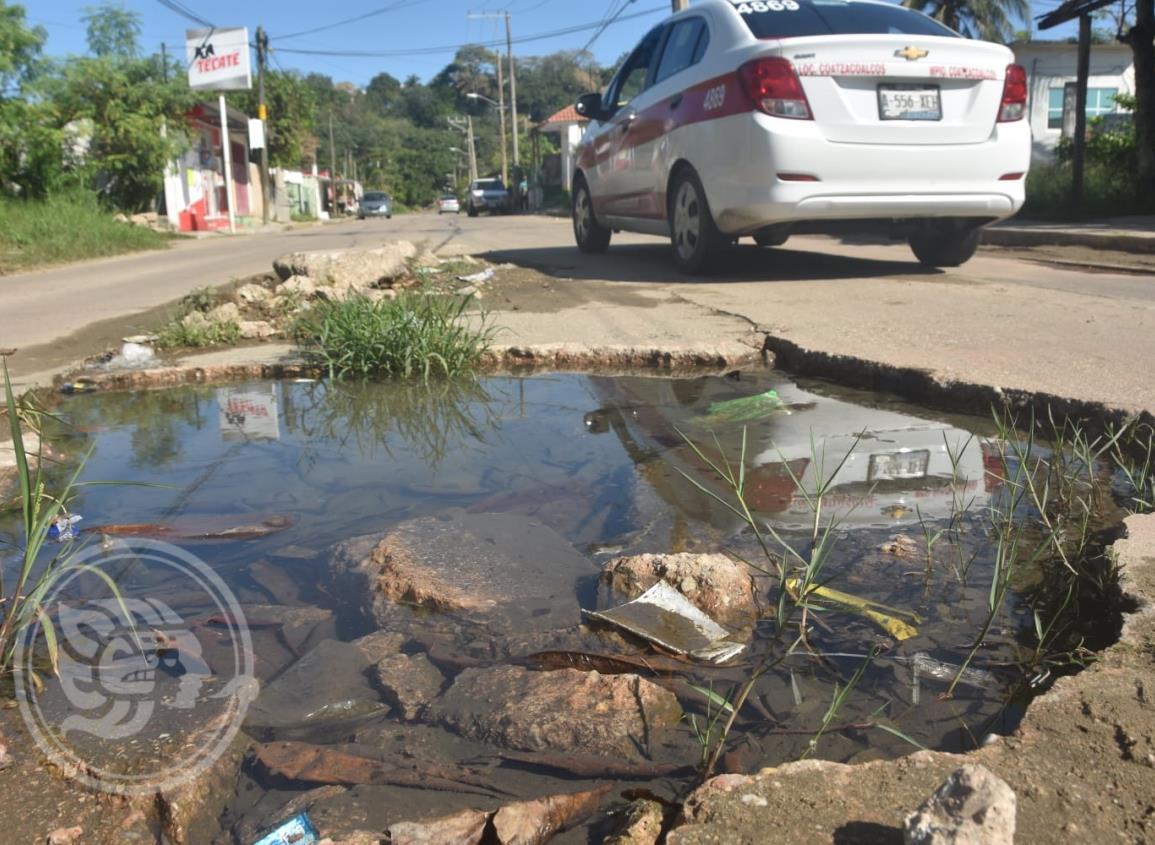 Cumple cuatro años enorme hoyanco en calle de Coatzacoalcos