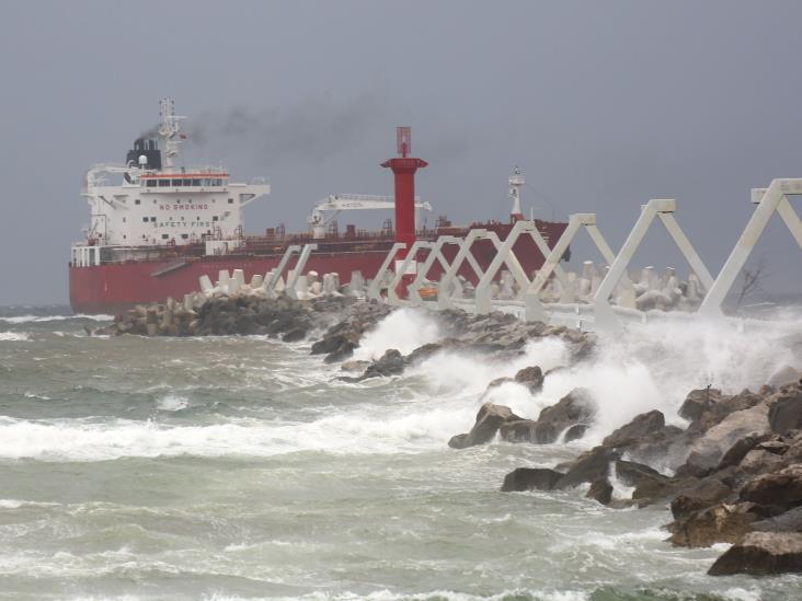 Por Frente Frío 39, Coatza resguarda dos embarcaciones