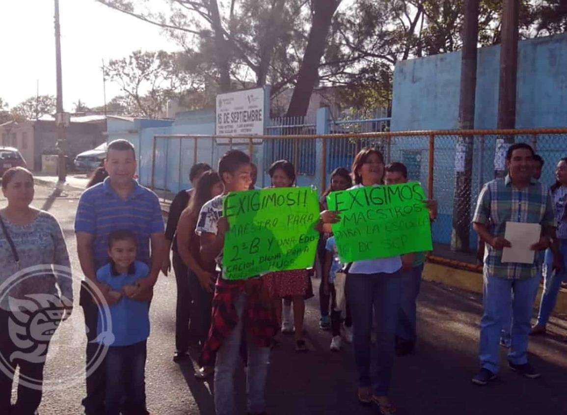 Bloquean avenida universidad por falta de docentes en primaria