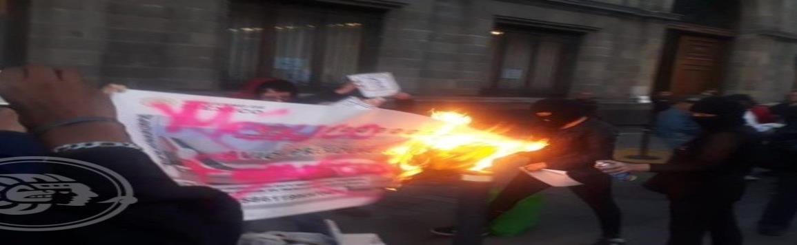 "Encapuchadas queman ""boleto"" de rifa del avión presidencial frente a Palacio Nacional"