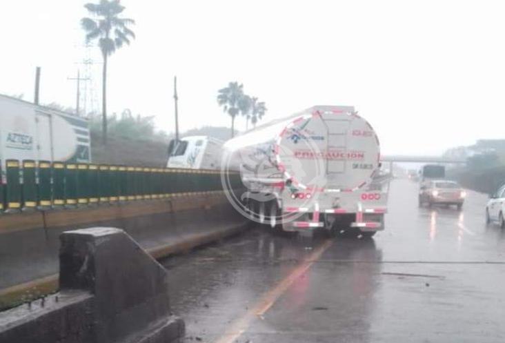 Choca tráiler contra muro en autopista Puebla-Veracruz