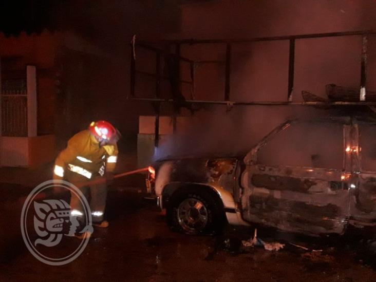 Provocan fuego en camioneta con colchones en Oluta