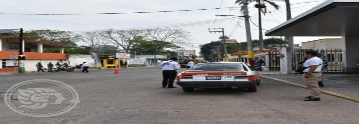 Taxistas trabajan con unidades chatarra en Acayucan
