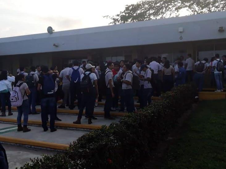 Por destitución de académica, se manifiestan estudiantes del ITESCO