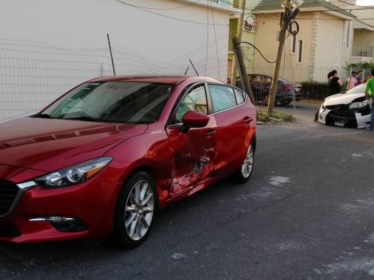 Fuerte accidente entre dos vehículos en calle de Veracruz, deja un poste de telefonía dañado