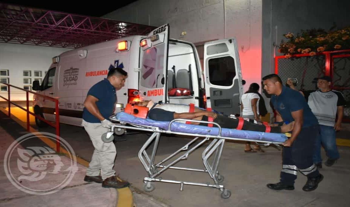 Ocupantes de motocicleta heridos tras accidente en Acayucan