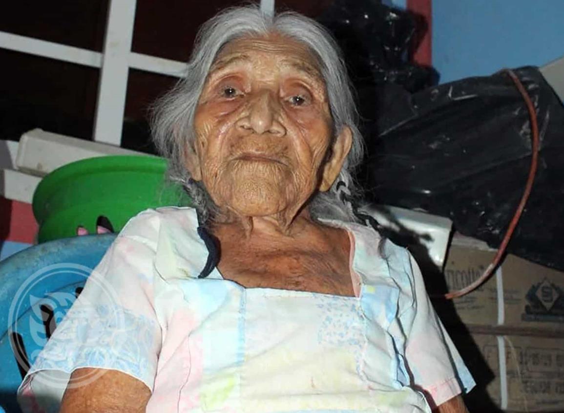 Festejan a doña Eulalia, la mujer más longeva de Moloacán
