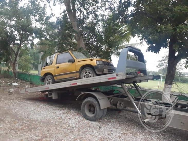 Retiran autos ´maceta´ y puestos vacíos de calles de Poza Rica