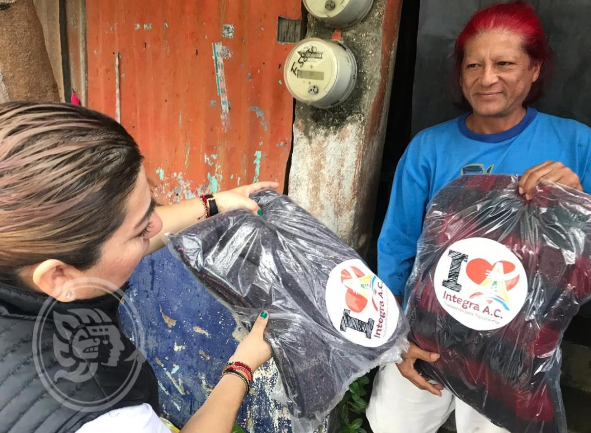 Integra dona más de 200 cobertores en Coatzacoalcos