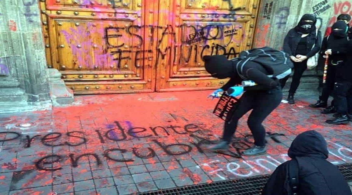 Responde AMLO ante protesta de mujeres en Palacio Nacional