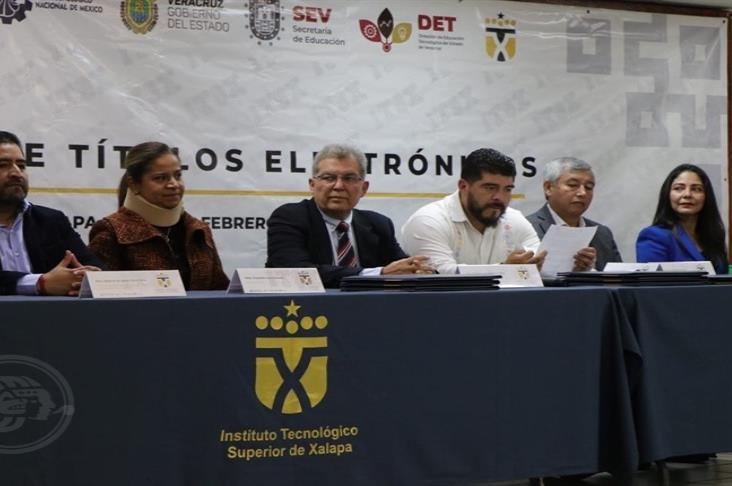 Entrega SEV 221 títulos electrónicos a egresados del ITSX