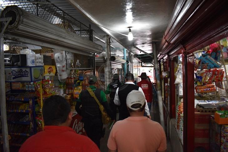 Laboran en mercado de Poza Rica con medidores de luz temporales