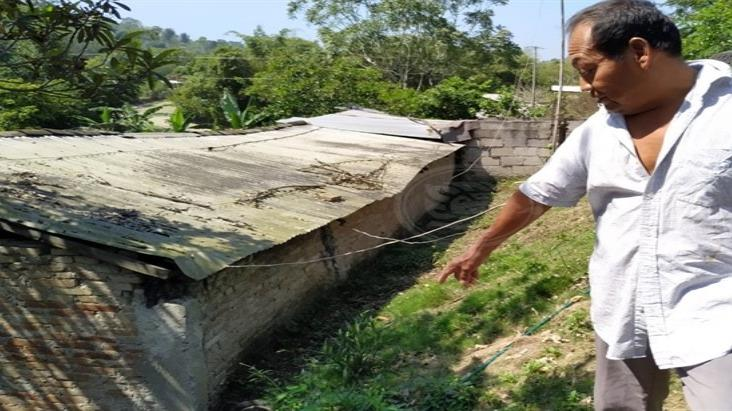 Don Odilón vive en riesgo; una obra carretera dañó su casa