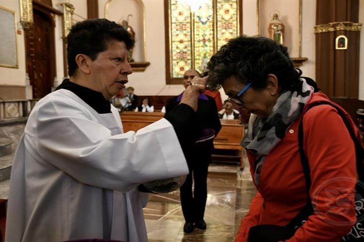 En Xalapa, fieles católicos celebran el Miércoles de Ceniza