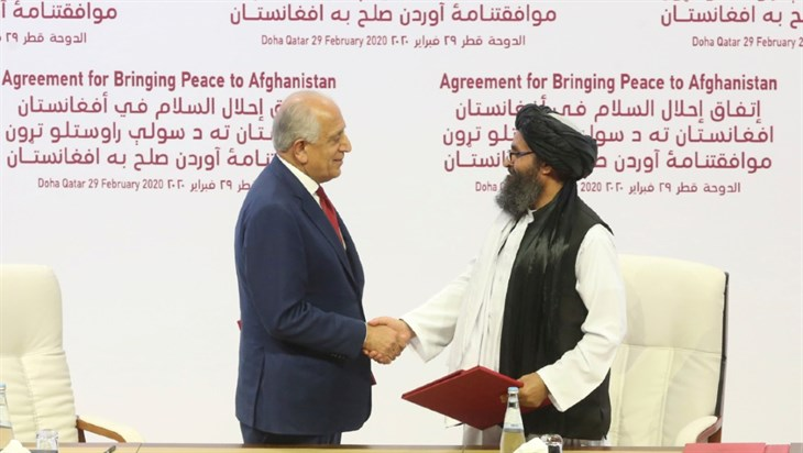 Firma Estados Unidos y talibanes histórico acuerdo por la paz en Doha
