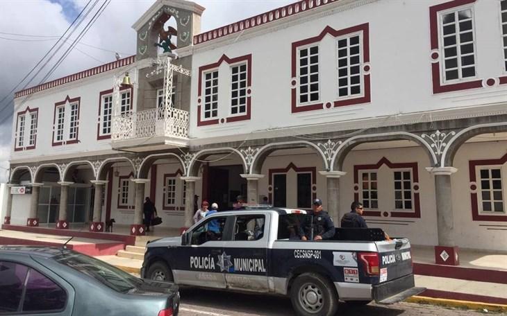 Retienen habitantes de Acultzingo a policías auxiliares de Puebla