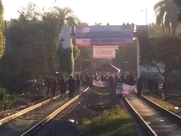 Bloquean maestros del SNTE 32 las vías del tren en Fortín