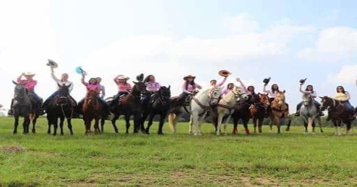 Cabalgata femenil por la paz 2020 en Minatitlán