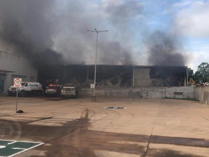 Incendio paraliza plaza y a 500 empleados en Acayucan