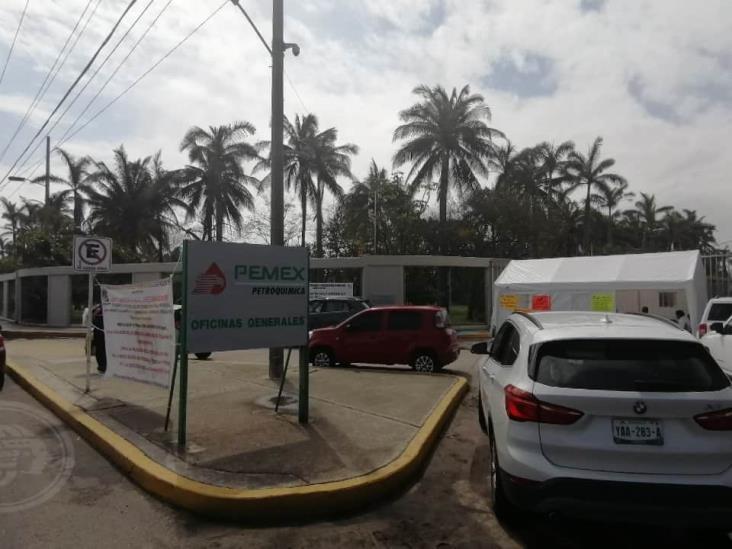 Suspenden salarios y servicios médicos a petroleros en paro