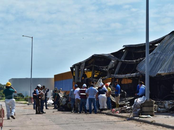Peritos de FGE realizan diligencias en Soriana de Acayucan