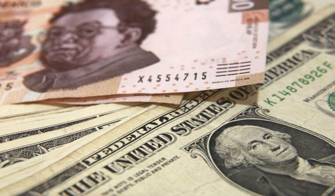 Dólar se debilita y permite que peso sume su tercer día de ganancias