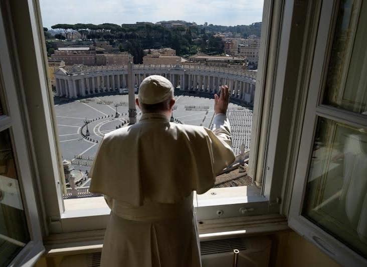 Papa da su bendición a la Plaza de San Pedro vacía por el coronavirus