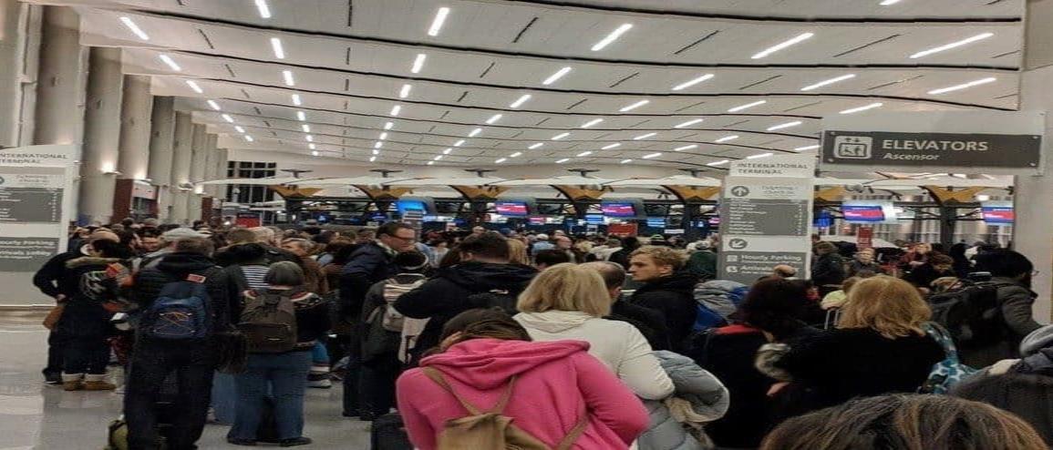 Caos en aeropuertos de EU por medidas contra el COVID-19