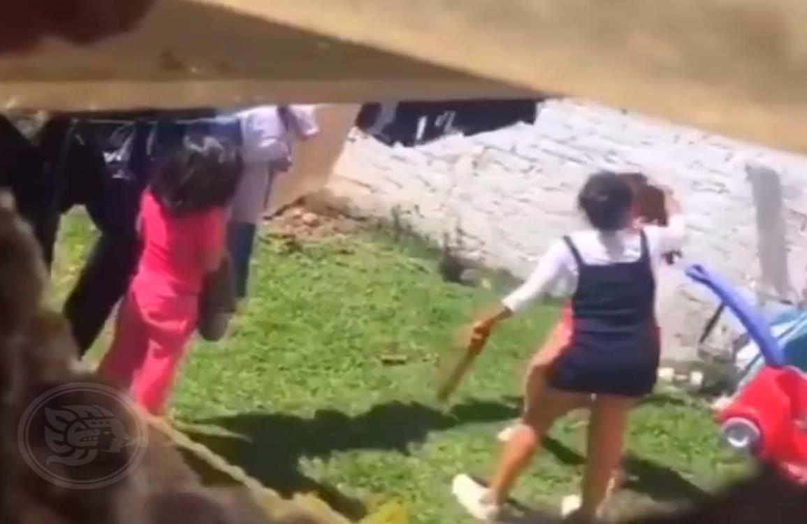 Mamá golpea brutalmente a sus hijas con un palo por matar un conejo