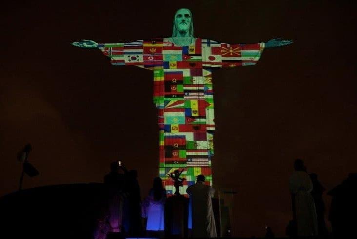 Iluminan el Cristo Redentor con banderas de países afectados por coronavirus