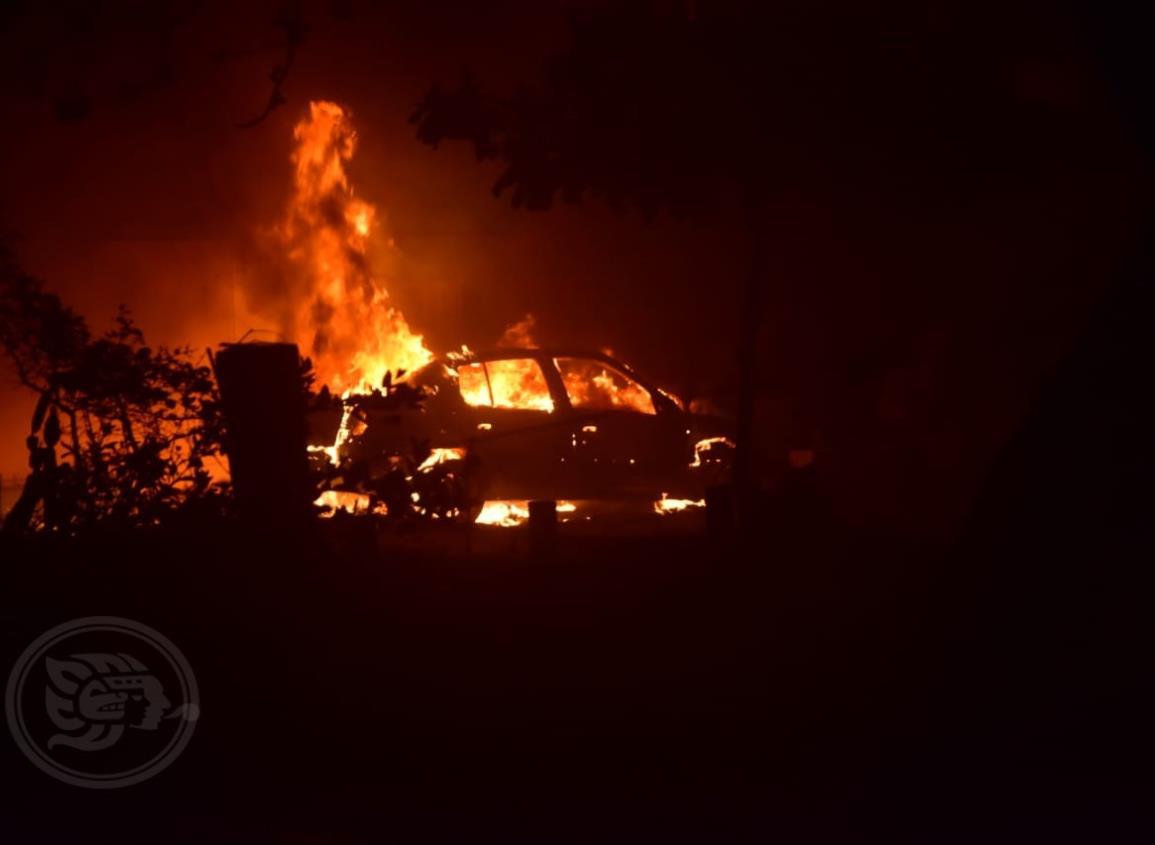 Incendian dos vehículos en colonias de Coatzacoalcos