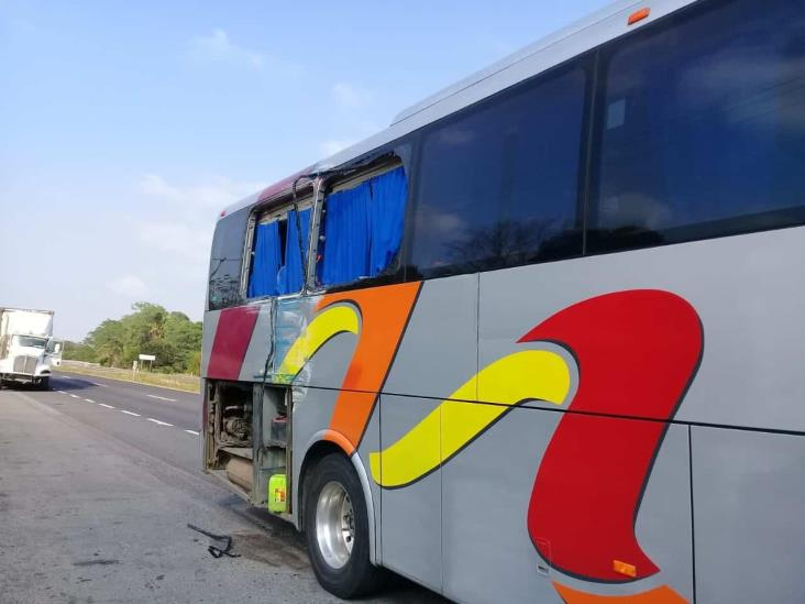 En carretera Veracruz-Córdoba, tráiler impacta a autobús y provoca volcadura