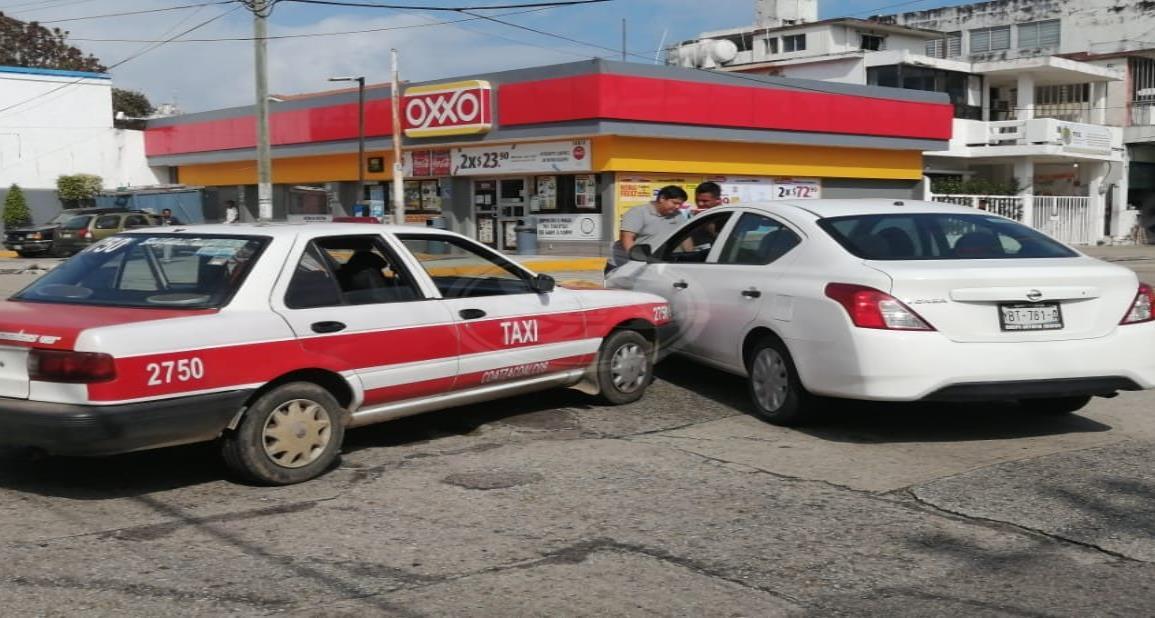 Chocan taxi y vehículo particular, no hay lesionados