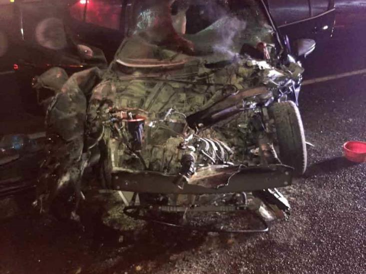 Automóvil particular se estrella con tráiler en autopista La Tinaja-Cosamaloapan