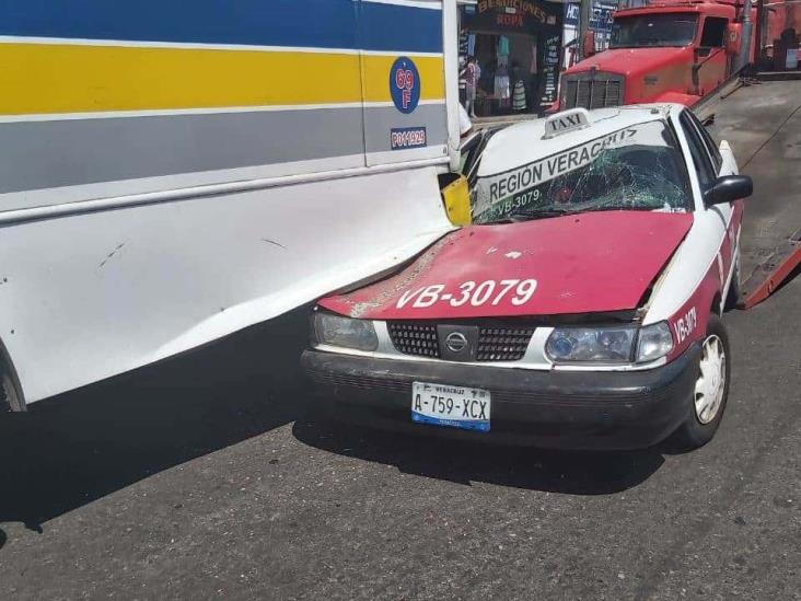 Taxista se duerme al volante y se incrustarse en la parte trasera de un autobús