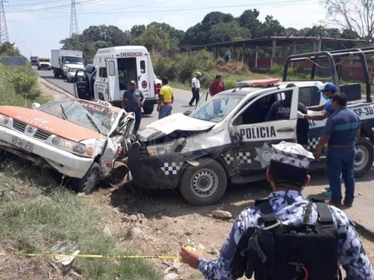 Choca patrulla contra taxi en Acayucan, hay cinco lesionados