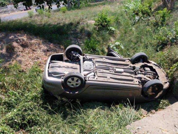 Pierde control del volante en curva y vuelca en carretera federal Veracruz-Xalapa