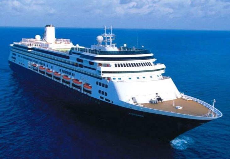 Crucero navega con decenas de enfermos; busca atracar en Puerto Vallarta
